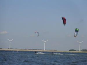kitesurfers op het Grevelingenmeer