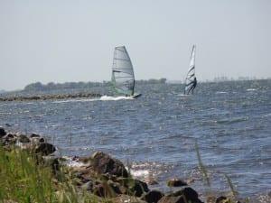 Surfen op het Grevelingenmeer in Zeeland -Zuid-Holland, vlakbij Camping de Lage Werf.