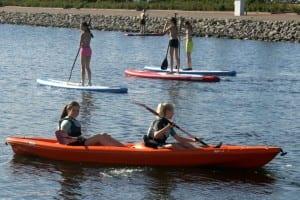 Kinderen genieten van een tocht met de kano in Bruinisse-Zeeland
