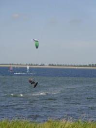 kitesurfer op het Grevelingenmeer