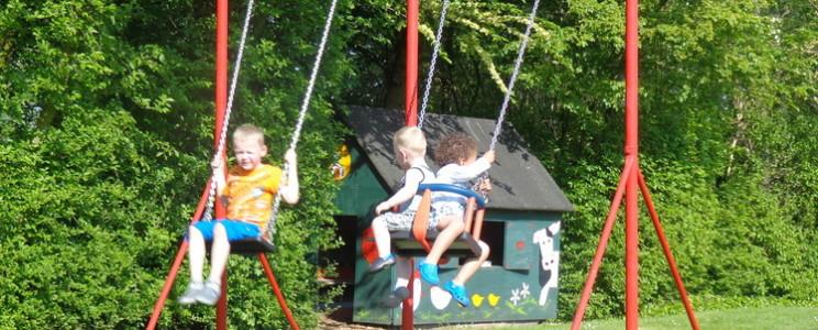 Voor kinderen heeft Camping de Lage Werf een speelveld met een schommel en klimrek.