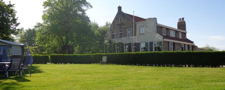 Eeuwenoude boerderij van Camping de Lage Werf in Zuid-Holland.