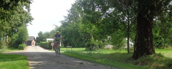 Fiets door de groene omgeving van Goeree Overflakkee in Zuid-Holland.
