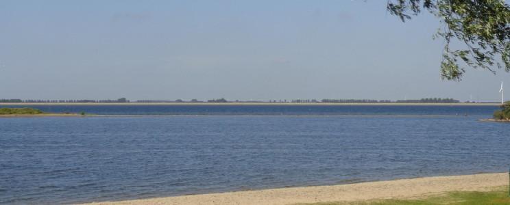 Het strand van Grevelingen in Zuid-Holland vlakbij de grens van Zeeland.