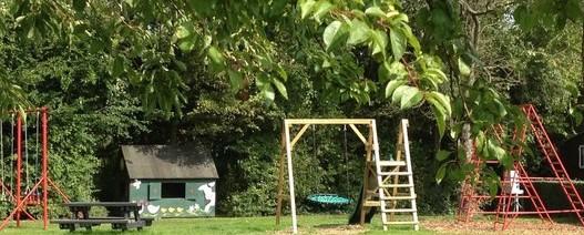 De camping heeft een mooie speeltuin voor kinderen om te spelen.