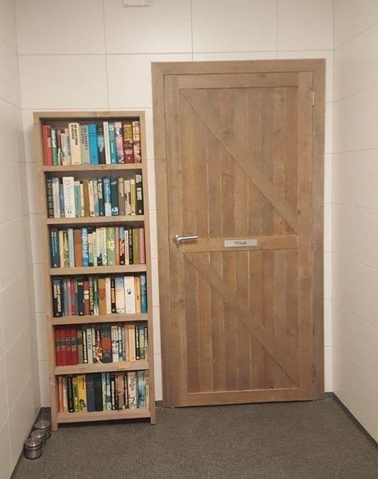 Nieuwe boekenkast vol met boeken.
