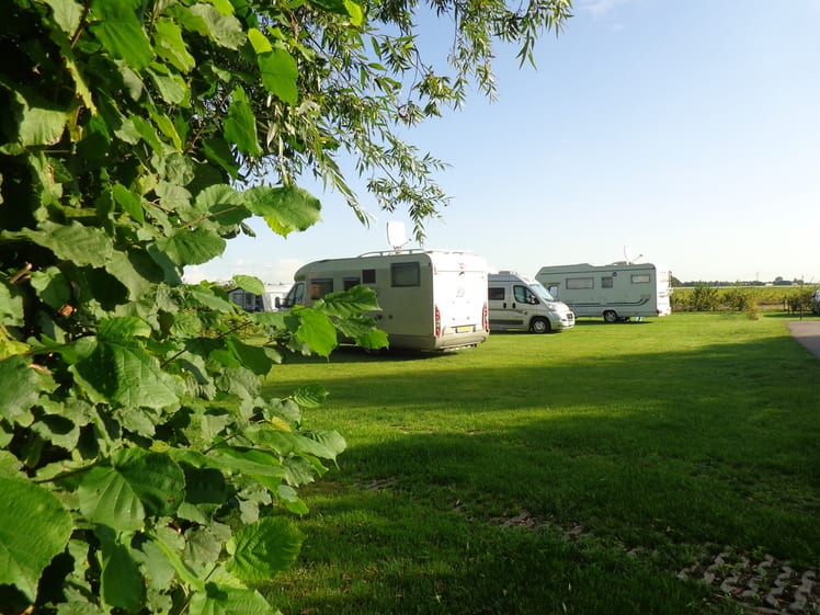 verharde camperplaatsen met grastegels- Camping de Lage Werf